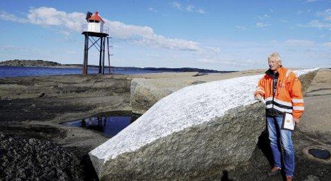 KASTET PÅ LAND: Kastet på land: Denne steinen veier rundt 40 tonn. Den ble kastet på land helt sør på øya Leistein i Tjøme-skjærgården under en av vinterstormene i 2012. Her blir den inspisert av Øystein Hovde i Skjærgårdstjenesten.