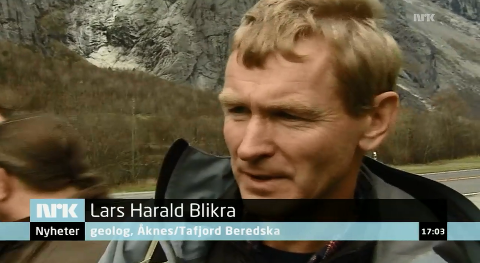 Alles øyne er rettet mot Lars Harald Blikra fra Vikedal i påvente av skredet fra fjellet Mannen.