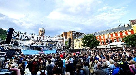 TV2 filmet under festforestillingen på Bragernes torg.