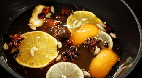 Krydderet, appelsinskiver og appelsinskall kokes inn i gløggbasen, som her også består av cirka 0,3 liter med eplejuice.