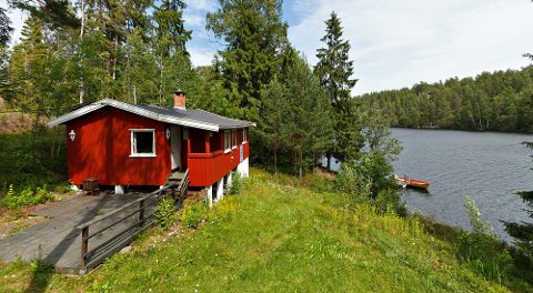 Ved Lyseren i Spydeberg i Østfold ligger denne hytta med båtplass og tilhørende båt. Prisantydning: 990.000 kroner.