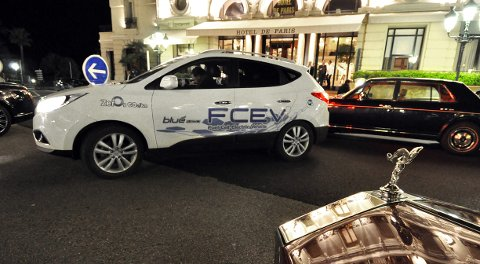 Zeros håndbygde Hyundai ix 35 Fuel Cell Electric Vehicle den dyreste foran Hotell de Paris.