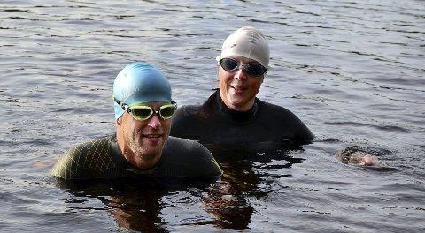 Ikke helt SOM FISKEN I VANNET: Thomas Andresen (41) og Jenny Lure (45) forbereder seg til triatlon med en svømmetur i tredje dam. FOTO: Magnus Nygren Syversen