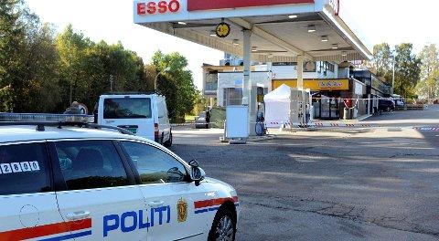 Politiet sperret av hele bensinstasjonen ved Holms drapsdagen 24. september 2012, da de skulle sikre seg tekniske spor.