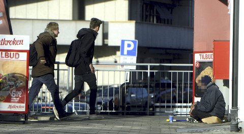 EN TIGGER I BYEN: En tigger på plass utenfor Postgården i Elverum forleden. Fire personer hadde tiggetillatelse i forrige uke.Foto: Anita Høiby Gotehus