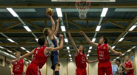 Storscorer: Mikal Gjerde er en sentral spiller på Haugesund Basketballklubbs gode guttelag. Her scorer han i en kamp mot Gimle i høst. foto: Privat