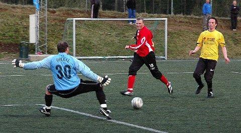 <b>STOR.</b> Åskollens Stian Brekke gjør seg stor og presser skuddet fra Øyvind Thorsen utenfor. Men måtte likevel plukke tre baller ut av nettmaskene mot Konnerud. FOTO: ELISABETH BAKKEN
