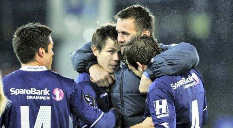 KORT VEI: Ronny Deila og resten av laget møter DFK i første cuprunde. Her omfavner han Lars-Chr. Vilsvik og Kim A. Madsen.