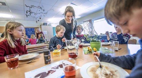 SUKKER OG KANEL: Anniken, Christoffer og Oliver venter på å få sukker og kanel på grøten av Therese Kristiansen. FOTO: CHRISTIAN CLAUSEN