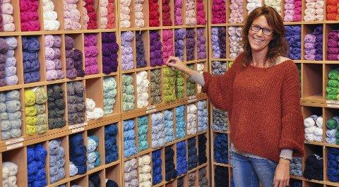 Jorunn Hagen Bø forteller at det har skjedd mye på strikkefronten de siste 20 årene. – Da vi startet var det ikke mange unge kunder innom butikken, sier hun. Men det har endret seg de siste årene, sier hun.