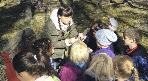 SKATTEJAKT: Gry Dørnberg Olsen hjalp andreklassingene med å sortere soppen de fant.