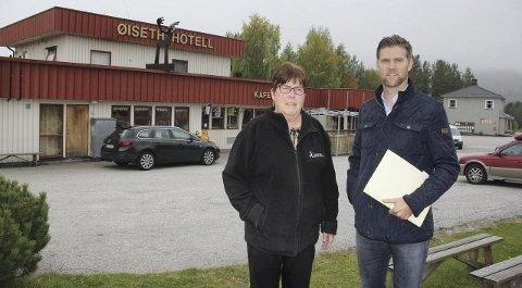 SELGER: Ellen Øien Fevik har bestemt seg for å selge familiehotellet Rendalen Øiseth Hotell på Åkrestrømmen. Her sammen med selger Helge Hartz i Advokatfirmaet Consensus as. Foto: Tor Strømsmoen