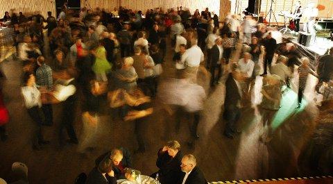POPULÆRT: Høy stemning da Dænsebændet gjestet Skjold i 2011. Folk kommer fra hele Haugalandet for å danse. ARKIVFOTO: ALF-ROBERT SOMMERBAKK