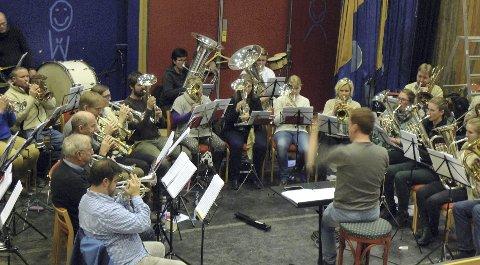 Klare for konsert: Brøttum brass inviterer til julekonsert i Brøttum kirke i morgen kveld, og i Kulturhuset Banken i Lillehammer lørdag kveld. Foto: Brøttum brass