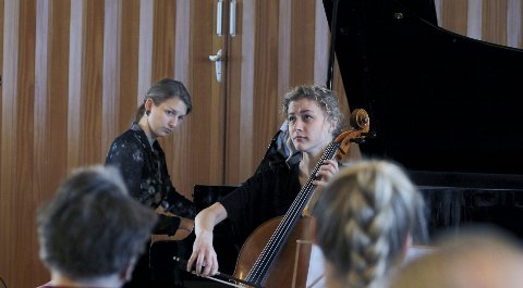 DUO: Guosté Tamulynaité på piano og Ellen-Martine Gismarvik på cello  holder nyttårskonsert for beboerne på Haraldsvang. Foto: HARALD Nordbakken