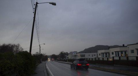 MØRK GATE: Den ene gatelyset i Spannavegen henger med hodet etter uværet. Mandag var skoleveien til barna ved Rossabø skole mørklagt. FOTO: STINE Helgesen-EIDE