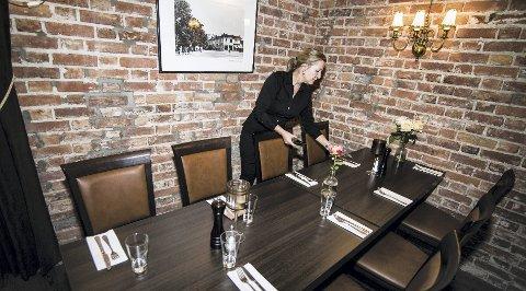 Dekker bord: Spisestua klargjøres til dagens restaurantgjester, mens småretter serveres i pubdelen.