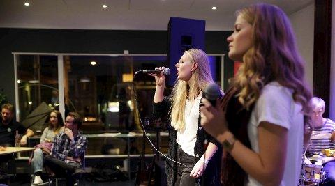 UNGT PÅ TOTALEN: Musikklinje-elever er en sentral del av Kulturnatt og okkuperte Totalen med allslags musikk hele fredag. Her Camilla Bjørndal (t.v.) og Miriam Reinlund.                 FOTO: GRETHE NYGAARD