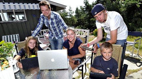 SMARTE: Stine Huth Andersen (11) (f.v.), Trond Andersen (50), Heidi Christine Huth (48), Truls Huth Andersen (14) og Mikkel Huth Andersen (7) er opptatt av godt nettvett. (Foto: Trond Thorvaldsen)