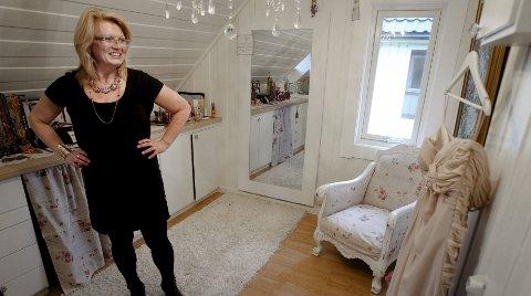 I dag bor Aina i Moss med sin mann og deres barn. Brudekjolen henger ved siden av bildet som ble knivstukket. – Mannen min syns jeg er kjempetøff, sier hun.
