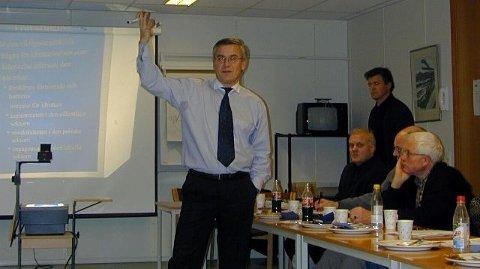 <b>Lær av Sverige.</b> Sjefslege Pär Gärdsell fortalte om Bunkeflo-prosjektet for å få mer fysisk trening inn i skolen, og nå vil Jakob Vik (stående bak) og Buskerud Idrettskrets kopiere hans prosjekt. (Foto: Martin Christoffersen)