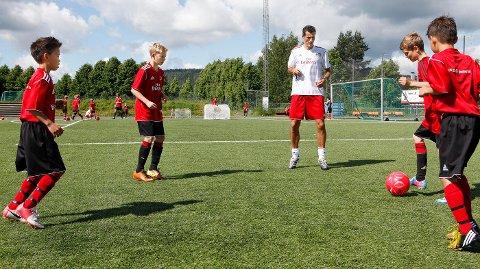 UTVIKLER TALENT: – Jeg synes jeg utvikler meg som spiller, sier Frederic Charisee Storødegård (til venstre), sammen med Simen Halle, Tobias Ruud og tvillingbroren Thomas.