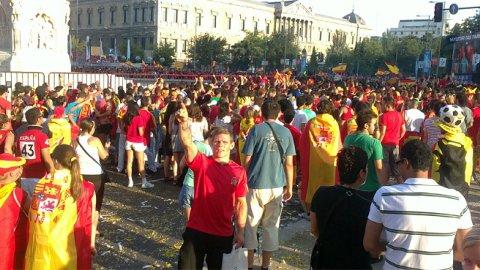 Joachim Aardalen feiret bronsemedalje i sentrum av Madrid søndag kveld der han sammen med hundretusener av spanjoler håpet på spansk gull i fotball-VM.