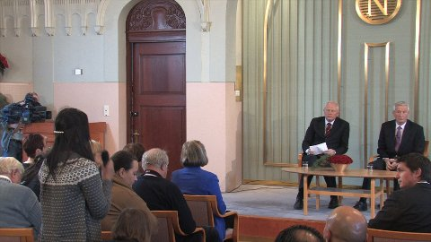 Dung Kim Lieu fra Ungdomsavisa stiller spørsmål til Jagland på den internasjonale pressekonferasnen i Nobelinstituttet.
