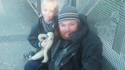 Marcus på sju år, sparer alle pengen sine og gir dem til Vegar. Vegar bor på gata i Oslo.