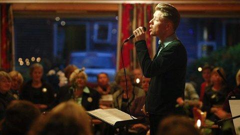 SINATRA: Skuespiller Bjørn André Widvey dro Frank Sinatra-låter på Havnaberg Eldresenter.