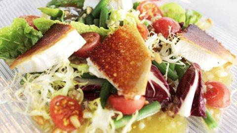 Når dagene blir lysere og varmere, får vi lyst på friske salatretter.