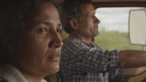 Det er ikke akkurat lystig da Jacinta setter seg inn i bilen til Rubén på vei til Buenos Aires.