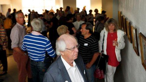 stor interesse: Selv om det var tussmørkt i Bærum Kunstforening da utstillingen med Edvard Munch og Nikolai Astrup åpnet lørdag, gransket de fremmøtte den verdifulle kunsten. FOTO: KNUT BJERKE
