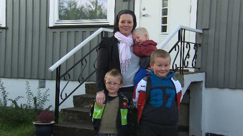 Anette Hafstad forteller at hele familien har merket forbedringer, her står alenemoren sammen med Thomas (6) (foran), Robert (5) (til venstre) og yngstemann Jacob (2) (på armen.