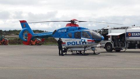 Politiet satte inn politihelikopteret fra Oslo i søket etter de væpnede ranerne. Her tanker de på flyplassen på Helganes.