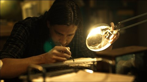 Arkeolog Sigurd Svendsen (Pål Sverre Hagen) studerer oseberghaugens hemmeligheter i «Gåten Ragnarok». Filmen blir hyllet av anmeldere i USA.
