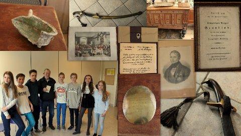 STOLTE ANER: Goggen Sibbern med elever fra Larkollen skole. På bildet ser du også også flere historiske dokumenter.