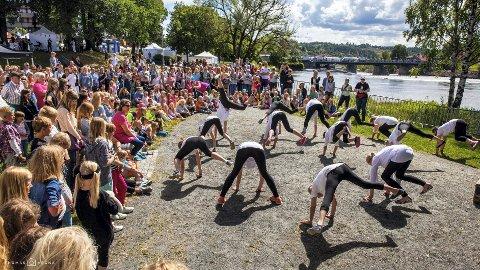 Barnivalparken er populært, men mange reagerer på billettprisen. Dette bildet ble tatt ved danseoppvisningen torsdag.