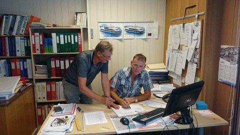 Daglig leder Gustav Oma og produksjonsleder Ole Mikal Åsheim. Sistnevnte har vært ansatt i bedriften i 30 år og skal hedres med medalje for lang og tro tjeneste.
