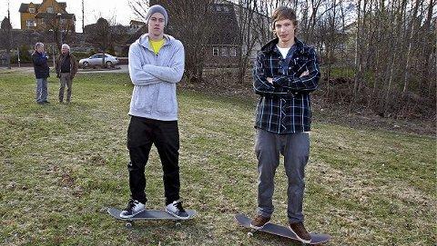 Skaterne Christer André Nieuwlaat (t.h.) og Tobias Larsen Husebye på stedet på Myra ved Frikirken der kommunen vil bygge skateanlegg.