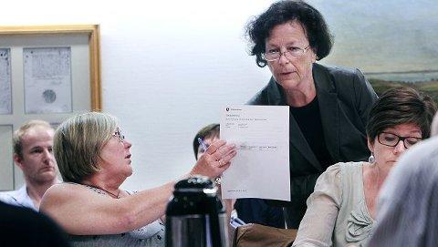– Vi vil ikke være med på å ikke ha kortene på bordet lenger, sa Hilde Torgersen fra fagforbundet (til venstre) til rådmann Inger Johanne Fjeldbraaten.