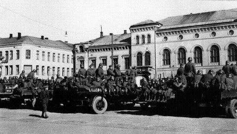 Tyskerne kommer: Etter to dager i krig ankom tyske soldater Bragernes torg. Drammenserne var kjent med siste dagers hendelser, men for mange var det nok likevel et sjokk å oppleve fiendens soldater på egen dørmatte. Foto i Jo Sellægs samling