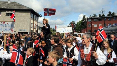 AVTAR: Elverumsingene kan godt vifte med flaggene, men byen hadde den fjerde største nettofraflyttingen av hedmarkskommunene i første kvartal i år.Foto: Kjell Arne Fridtun