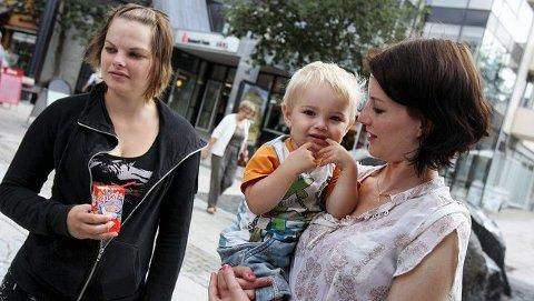Birgitte Veidahl og søsteren Linn Fredrikke med sønnen Teodor (1) er ikke like fornøyde med alt i Moss, men kommunesammenslåing har de ikke tro på.