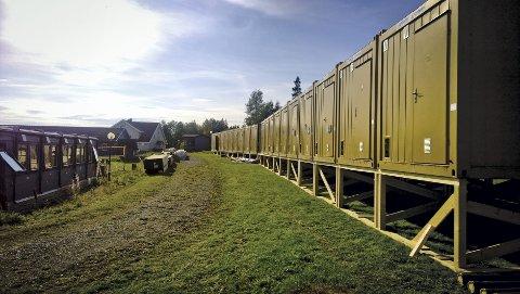 CONTAINERLANDSKAP: Tilveksten av midlertidige plasser på Hamar statlige mottak består etter hvert av forskjellige typer moduler, senest en rad med gule containere. Hver av dem skal huse to beboere inntil mottaket på Ormseter er ferdig utbygd med permanente plasser innen tre år.