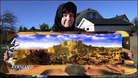 Birgitte viser bilde av den 2500 år gamle borgen Arg-E-Bam slik den en gang så ut.