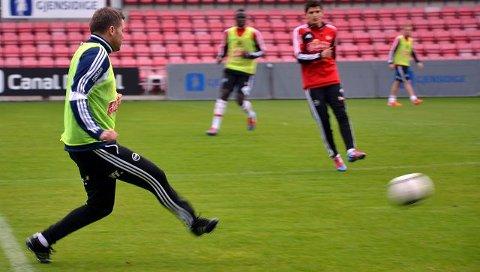 RESERVELØSNING. Tom Freddy Aune måtte i aksjon i mangel av friske spillere under gårsdagens trening. Foto: Vidar Henriksen