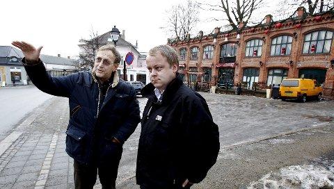 Rødts Eirik Tveiten og Frps Erlend Wiborg vil kreve en skikkelig utredning av en ny jernbanestasjon i bakken ved Basarbygningen.