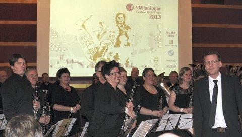 NÅDDE MÅLET: Ådalsbruk Musikkforening med dirigent Christian S. Tenfjord er klare for 2. divisjon til neste års NM i janitsjar.