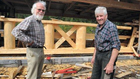 BYGGER: I flere år har Odd Egil Moen (til høyre) jobbet med å lage delene til den 19 meter høye stavkirken, som Sigmund Bø har skal reise ved Lia gård i Rendalen.